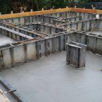 基礎工事7日目 型枠にコンクリートを投入
