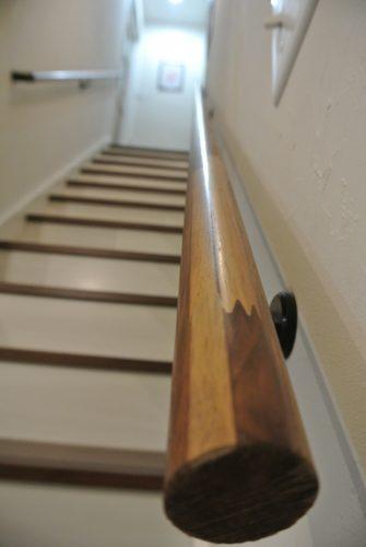 おしゃれかっこいい階段手すり 木目ウォールナット表面写真 エンドキャップ部分