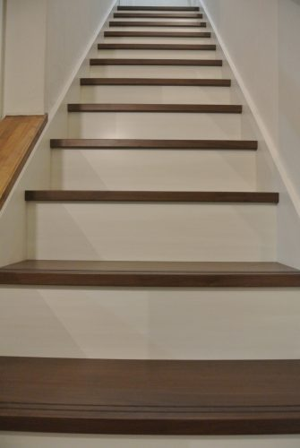 新築白い階段と木目濃い色の踏み台 LIXIL階段施工事例