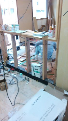 棟梁がIOCのフローリングを敷設中