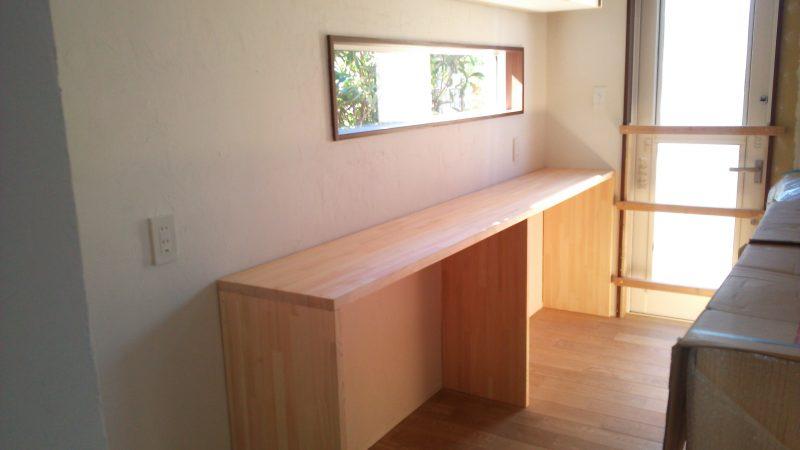 ウッドワン チェッカーガラスの吊戸棚と造作棚