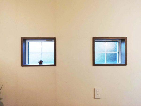十字格子の採光小窓