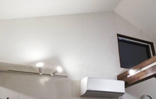 勾配天井(傾斜天井)のダクトレール写真