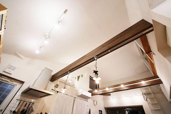 勾配天井の照明はダクトレール(ライティングレール)の写真