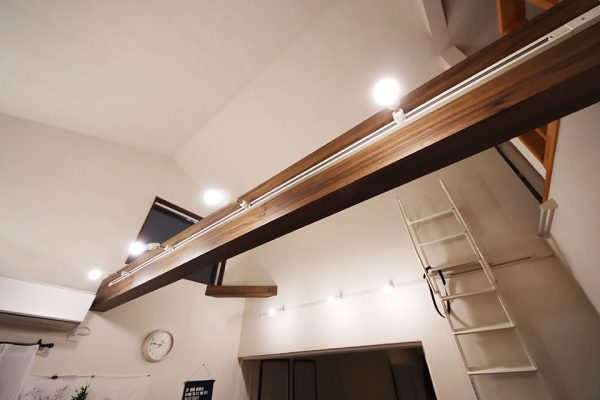 勾配天井(傾斜天井)の照明はダクトレール(ライティングレール)の写真
