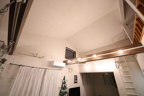 勾配天井(傾斜天井)の調光可能照明 昼光色
