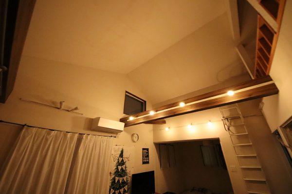 勾配天井(傾斜天井)の調光可能照明 暖色