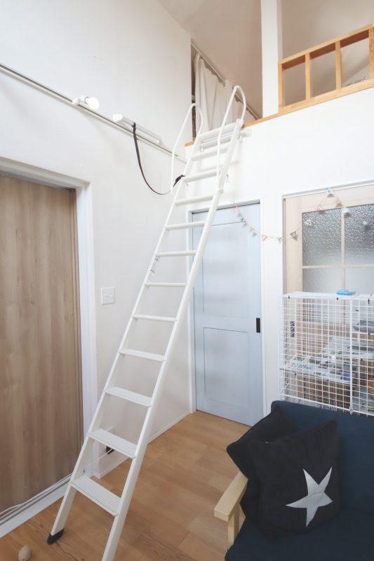 おしゃれな白いリビングロフトのはしご